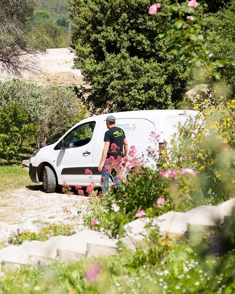 Laurent Marcadier à côté de sa voiture