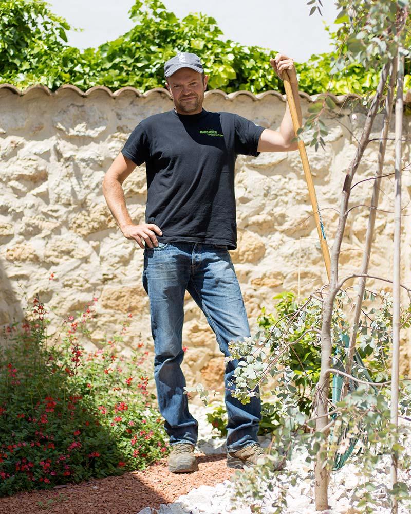 Laurent Marcadier dans un jardin sec qu'il vient d'aménager